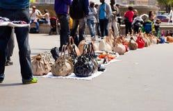 Gefälschte italienische Taschen in der Straße Stockfotografie