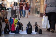 Gefälschte italienische Taschen für Verkäufe Stockfotos