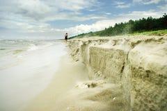 Gefälschte Klippe auf dem Strand Lizenzfreies Stockfoto