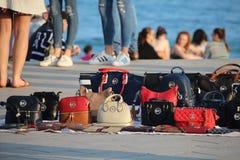 Gefälschte Marken verkauft auf Barcelona-Strand Lizenzfreies Stockfoto