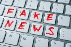 Gefälschte Nachrichten der Wörter auf einer Tastatur Lizenzfreies Stockfoto