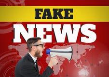 Gefälschte Nachrichten simsen und bemannen das Schreien im Megaphon vor Weltkarte Lizenzfreie Stockfotografie