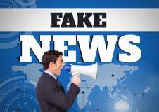 Gefälschte Nachrichten simsen und bemannen das Schreien im Megaphon vor Weltkarte Lizenzfreies Stockfoto