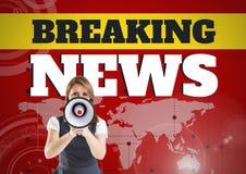 Gefälschte Nachrichten simsen und die Frau, die im Megaphon vor Weltkarte schreit Stockfotos