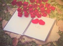 Gefälschte Rosen und Ringe stockfotos