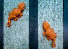 Gefälschter Gecko auf der Wand lizenzfreie stockbilder