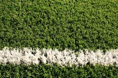 Gefälschter Gras-Fußballplatz mit weißer Zeile Lizenzfreie Stockbilder