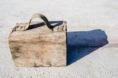 Gefälschter hölzerner Fall gemacht mit einem Block und ein Textilgriff geregelt mit Nägeln Stockfotografie