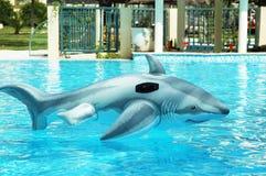 Gefälschtes Haifischspielzeug, das im freien Wasser treibt Stockfotografie