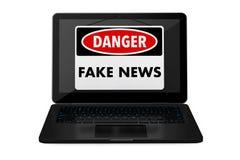 Gefälschtes Nachrichten-Warnschild über Laptop-Schirm Wiedergabe 3d stock abbildung