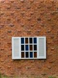 Gefälschtes weißes Fenster auf Backsteinmauer Stockbilder