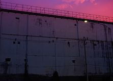 Gefängnis-Schattenbild von Stacheldrähten und von Wachturm des Gefängnisses in Neapolis, Kreta, bei Sonnenuntergang lizenzfreie stockbilder
