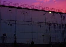 Gefängnis-Schattenbildstacheldrähte und Wachturm des Gefängnisses in Neapolis, Kreta, bei Sonnenuntergang lizenzfreies stockbild