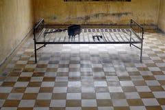 Gefängnis-Zelle Tuol Sleng am Genozid-Museum Stockfotografie