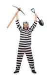 Gefängnisinsasse mit Axt und Spaten Lizenzfreies Stockfoto