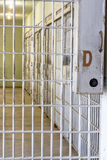 Gefängniskorridor auf Gefängniszellen Lizenzfreie Stockbilder