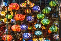 Gefärbt ringsum Lampen im großartigen Basar Stockfotografie