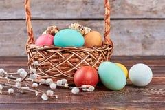 Gefärbte Eier und Weidenniederlassungen Stockfotos