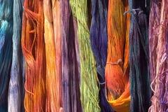 Gefärbte Wollen an einer Bauernhofmesse Lizenzfreies Stockfoto