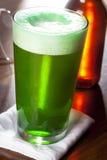 Gefärbtes grünes Bier für Tag St. Patricks Stockfotografie