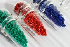 Gefärbtes Plastikmittel Stockbild