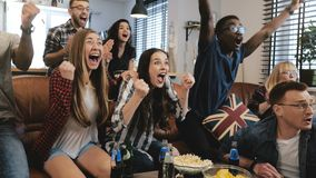 gefühl Multiethnische Fans feiern das Gewinnen Zeitlupe der Konfettis 4K Aufpassendes Spiel des leidenschaftlichen Anhängerrufs i stockfotografie