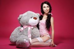 Gefühl. Valentinsgruß. Junge Frau mit weichem Toy Sitting. Sinnlichkeit Lizenzfreie Stockfotos