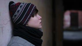 Gefühle des traurigen einsamen Teenagers, der unter Leid, unerwiderte Liebe leidet stock footage
