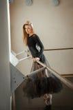 Gefühle eines Balletttänzers an Ballett Barre lizenzfreie stockfotografie