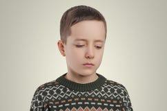 gefühle Trauriger Junge, der unten schaut Stockfoto