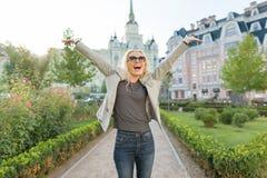Gefühlfreude und -glück, junge glückliche Frau hoben ihre Hände oben, Hintergrund im Freien, goldene Stunde an stockbild