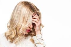 Gefühlsdruck und -druck Deprimierte Frau mit Kopf überreicht herein weißen Hintergrund lizenzfreie stockbilder