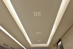 Geführte Decke modernen Piazzahalle ï ¼ Œmodern-Bürogebäudes, moderne Geschäftsgebäudehalle, inneres Handelsgebäude Lizenzfreies Stockbild