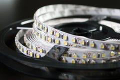 Geführte Streifen auf schwarzem Hintergrund Lizenzfreie Stockfotos