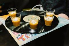 Geführter Aperitif der Suppe an einem Ereignis lizenzfreies stockbild