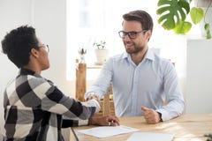 Geführter Interviewhändedruck des Mannes erfolgreich im Büro stockfoto