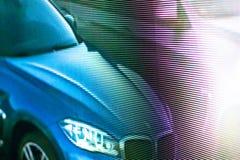 Geführter SMD-Schirm mit blured blauem Auto Stockfotos