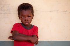 GEFÜLLTE MAISMEHLTASCHE, GHANA-ï ¿ ½ am 22. März: Nicht identifizierte junge afrikanische Jungenhaltung w Stockfoto