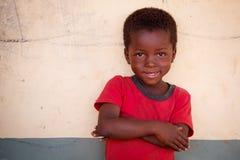 GEFÜLLTE MAISMEHLTASCHE, GHANA-ï ¿ ½ am 22. März: Nicht identifizierte junge afrikanische Jungenhaltung w Lizenzfreies Stockfoto
