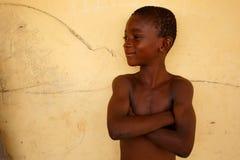 GEFÜLLTE MAISMEHLTASCHE, GHANA-ï ¿ ½ am 22. März: Nicht identifizierte junge afrikanische Jungenhaltung w Stockfotografie