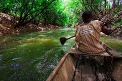 GEFÜLLTE MAISMEHLTASCHE, GHANA-ï ¿ ½ am 23. März: Nicht identifiziertes gebürtiges afrikanisches Mannnehmen Lizenzfreie Stockfotos