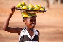 GEFÜLLTE MAISMEHLTASCHE, GHANA-ï ¿ ½ am 22. März: Nicht identifiziertes junges afrikanisches Mädchen tragen Lizenzfreies Stockfoto