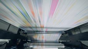 Gef?lschtes Nachrichten-Konzept Rollender Mechanismus und ungeschnittenes Papier, die durch es sich bewegen stock video footage