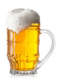 Gefacetteerd glas schuimend bier stock foto's