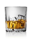 Gefacetteerd glas whisky met ijs stock afbeelding