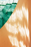 Gefacetteerd groen glas tegen muur Stock Fotografie