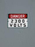 Gefahr 2300 Volt, Text auf Weinlesewand, Stockfoto