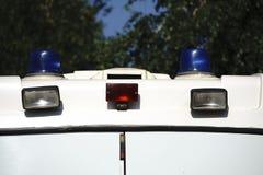 Gefahr auf der Straße Blauer Blitzgeber auf dem Polizeiwagen nachts Lizenzfreies Stockbild