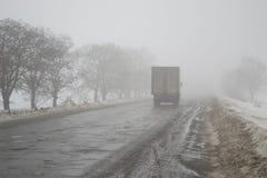 Gefahr auf der Winterstraße Schlechte Sicht lizenzfreies stockfoto