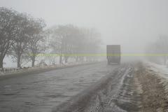 Gefahr auf der Winterstraße Schlechte Sicht lizenzfreies stockbild